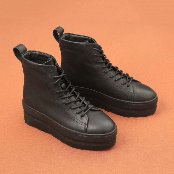 Gram 767g black leather
